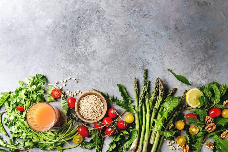 Assortimento degli ingredienti alimentari vegetariani fotografie stock libere da diritti
