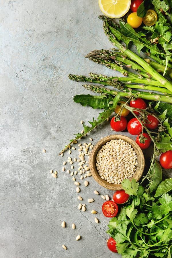 Assortimento degli ingredienti alimentari vegetariani fotografia stock