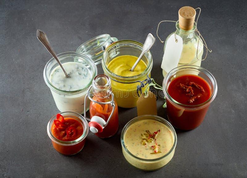 Assortimento dei condimenti, delle salse e dei condimenti fotografia stock
