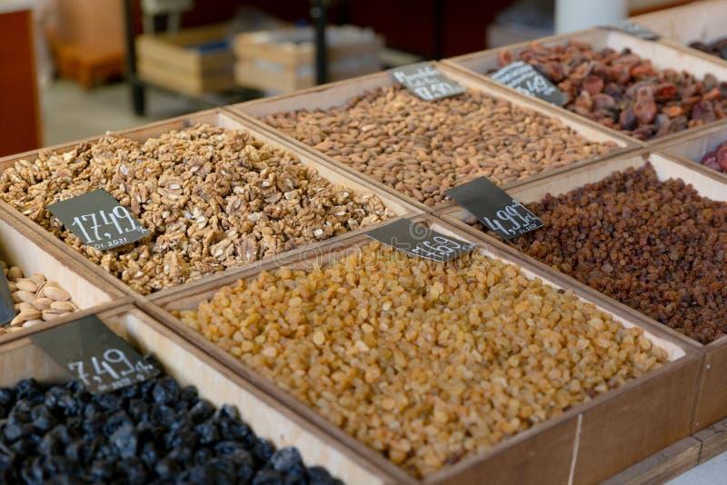 Assortimento dei frutti e dei dadi asciutti nel mercato, deposito fotografia stock