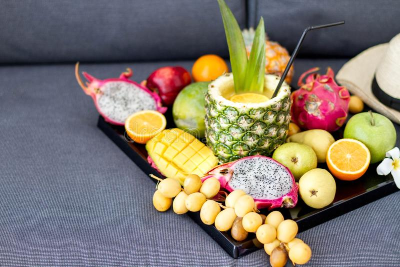 Assortimento dei frutti esotici sui bianchi fotografie stock