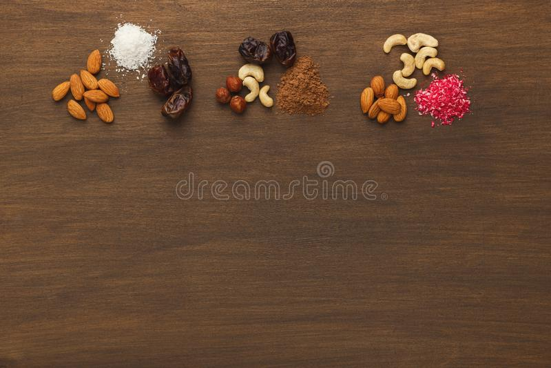 Assortimento dei frutti matti ed asciutti sulla tavola di legno immagini stock