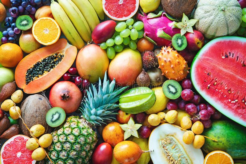 Assortimento dei frutti tropicali maturi variopinti Vista superiore immagine stock libera da diritti