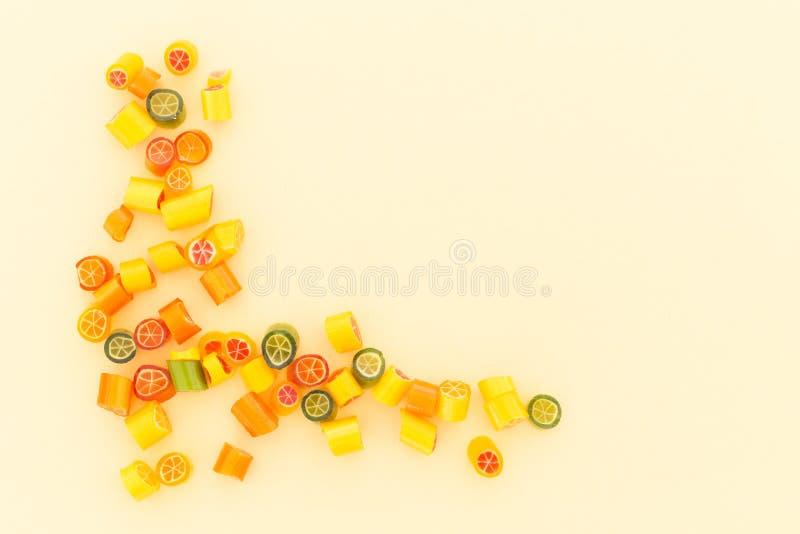 Assortimento della caramella variopinta su fondo giallo fotografia stock libera da diritti