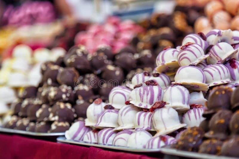 Assortimento della confetteria dolce con le caramelle di cioccolato variopinte sulle vie di Budapest in Ungheria Immagine del fuo fotografie stock libere da diritti
