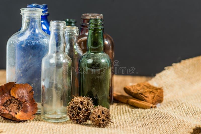 Assortimento delle bottiglie antiche fotografia stock libera da diritti