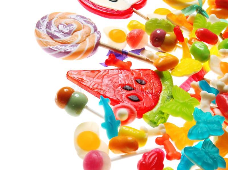 Assortimento delle caramelle variopinte su fondo bianco fotografia stock libera da diritti