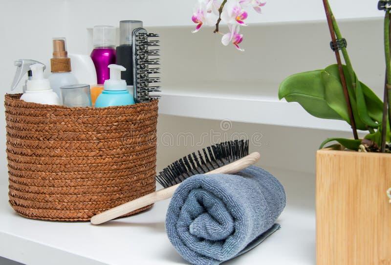 Assortimento delle creme, dello spruzzo, dell'asciugamano e della spazzola per i capelli immagini stock libere da diritti