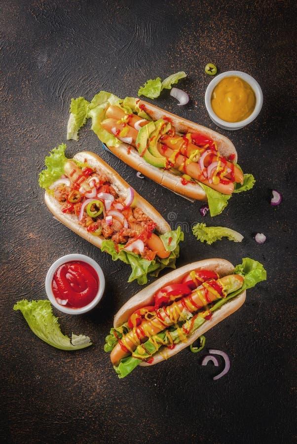Assortimento di dogsdog caldo differente, vista calda e superiore, hot dog, saus immagine stock