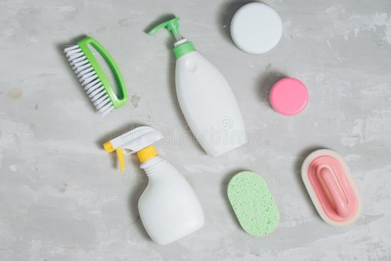 Assortimento di mezzi colorati per la pulizia e il lavaggio immagine stock
