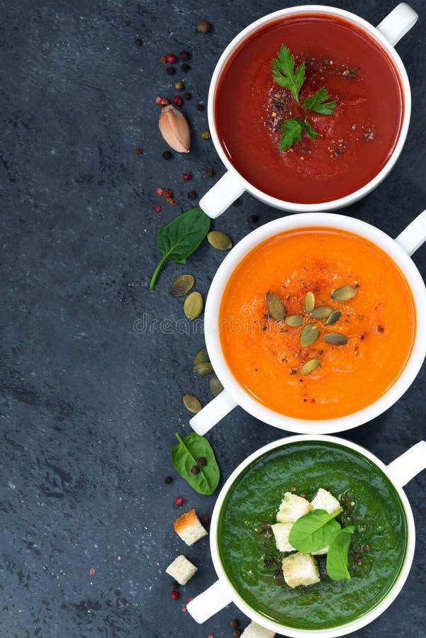 Assortimento di minestra crema di verdure sopra e di fondo scuro fotografia stock libera da diritti