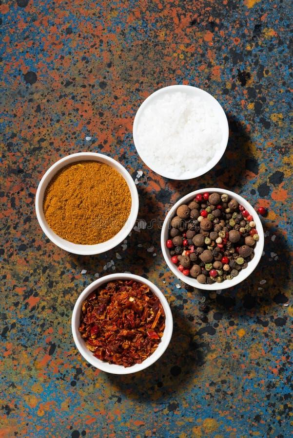 Assortimento di pepe, delle spezie differenti e del sale marino in ciotola fotografie stock libere da diritti