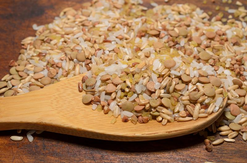Assortimento di vari grani di generi in cucchiaio di legno, dieta sana fotografia stock libera da diritti