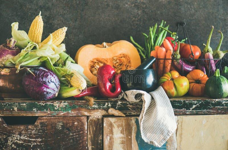 Assortimento di varie verdure di caduta per la cottura sull'armadietto rustico fotografie stock