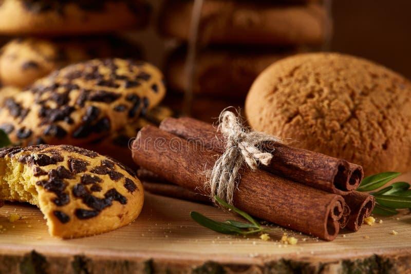 Assortimento dolce dei biscotti su un ceppo di legno rotondo sopra fondo di legno rustico, primo piano, fuoco selettivo immagini stock