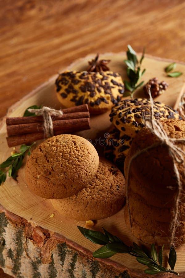 Assortimento dolce dei biscotti su un ceppo di legno rotondo sopra fondo di legno rustico, primo piano, fuoco selettivo immagini stock libere da diritti