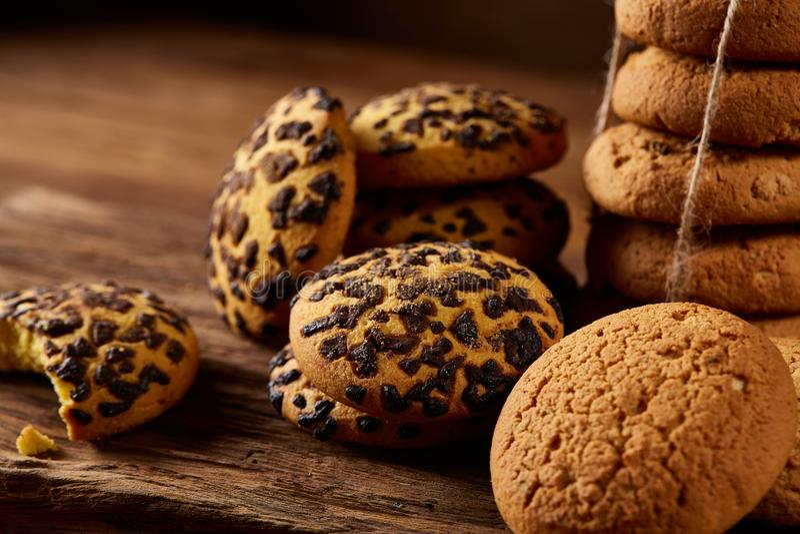 Assortimento dolce dei biscotti su un ceppo di legno rotondo sopra fondo di legno rustico, primo piano, fuoco selettivo fotografie stock libere da diritti