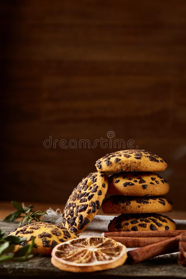 Assortimento dolce dei biscotti su un ceppo di legno rotondo sopra fondo di legno rustico, primo piano, fuoco selettivo fotografie stock