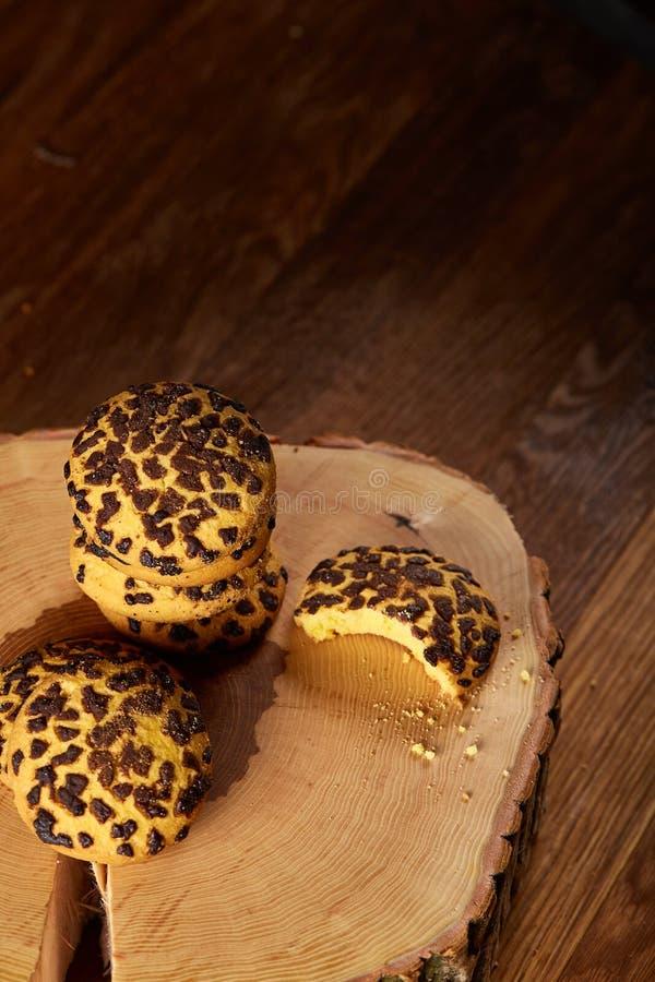 Assortimento dolce dei biscotti su un ceppo di legno rotondo sopra fondo di legno rustico, primo piano, fuoco selettivo immagine stock libera da diritti