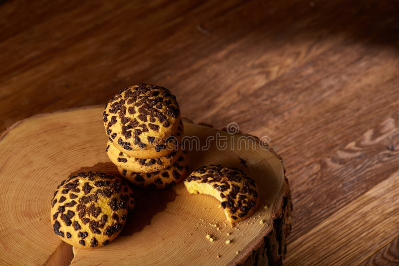 Assortimento dolce dei biscotti su un ceppo di legno rotondo sopra fondo di legno rustico, primo piano, fuoco selettivo fotografia stock libera da diritti