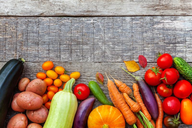 Assortiments verschillende verse organische groenten op de stijl houten achtergrond van het land stock fotografie