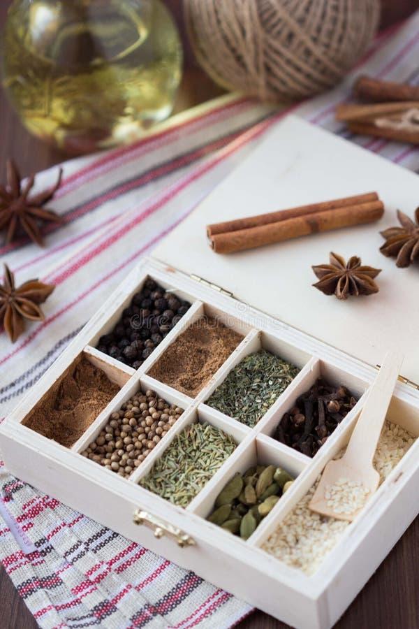 Assortimentsinzameling van kruiden en kruid in houten doos, voedselbac stock afbeelding