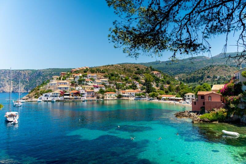Assos美丽和美丽如画的村庄,Kefalonia,希腊 免版税库存图片