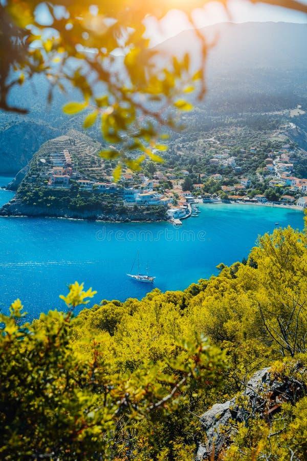 Assos-Dorf, Kefalonia Griechenland Weiße Yacht in der blauen Bucht von Natur aus gestaltet Türkis farbige Bucht im Mittelmeer lizenzfreies stockbild