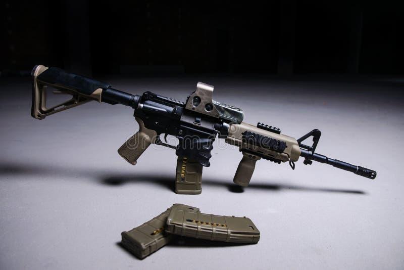 Assult步枪和杂志用子弹 免版税库存照片