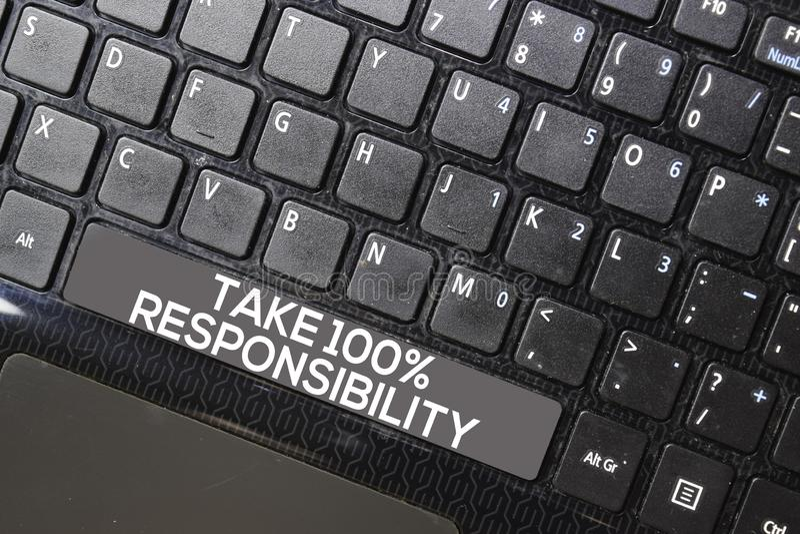 Assuma 100% de responsabilidade isolada no fundo do teclado do laptop foto de stock