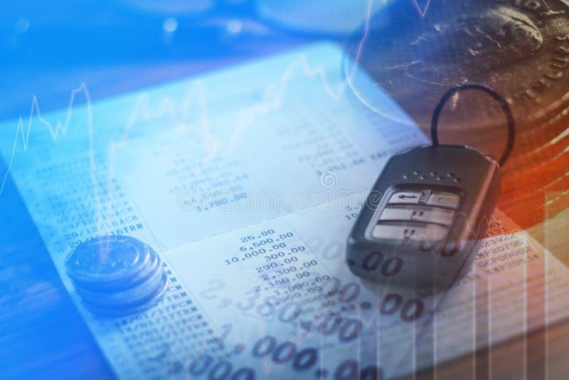 Assurance auto, extérieur de voiture et livre de comptes dans les finances et les opérations bancaires photographie stock libre de droits