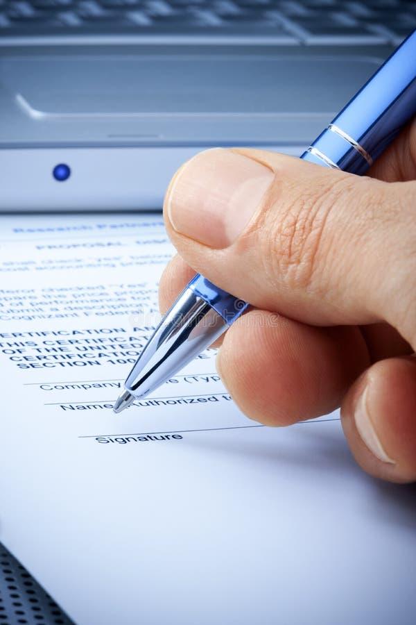 Assurance de contrat informatique de signature de main photographie stock libre de droits