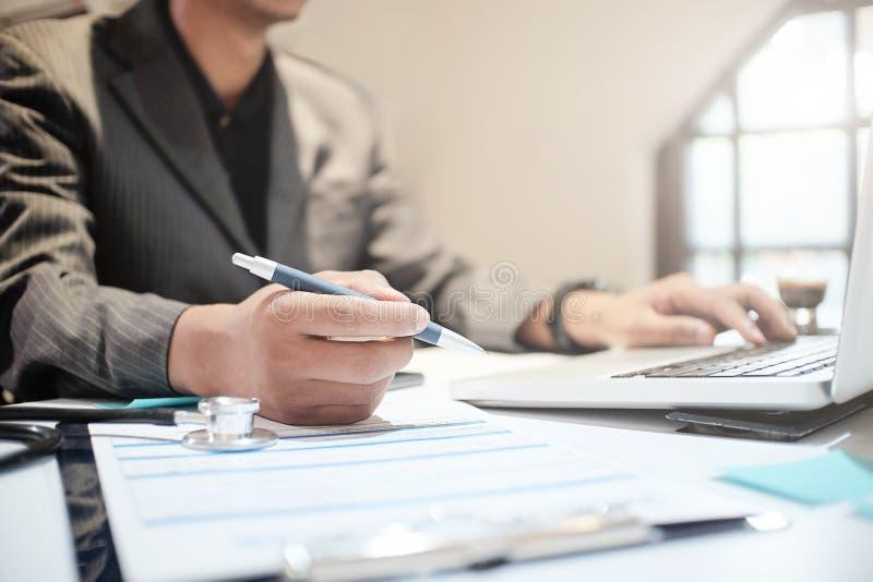 Assurance-maladie de stylo de participation d'agent d'assurance, la politique et ex photo stock