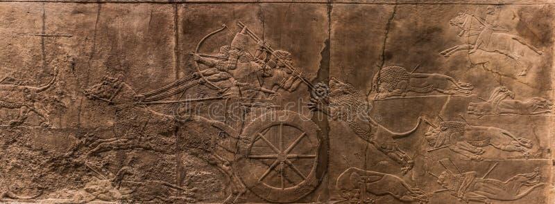 Assyrianblokkenwagen tijdens de leeuwjacht stock afbeelding
