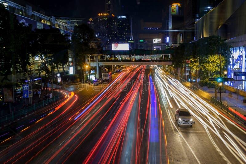Ast i intensywny ruch drogowy w centrum Bangkok przy nocą Ślada od reflektorów samochody obraz stock
