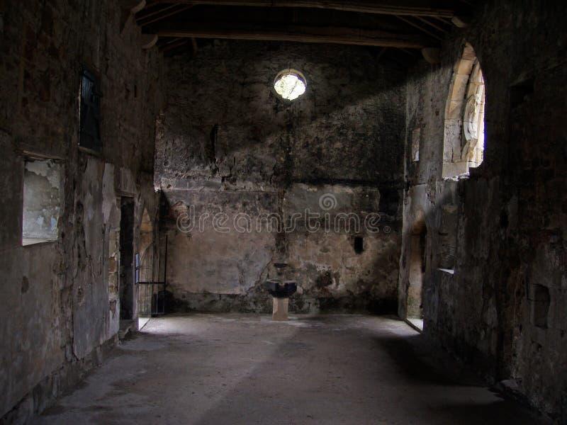 Asta cilindrica di indicatore luminoso in una vecchia chiesa vuota fotografie stock libere da diritti
