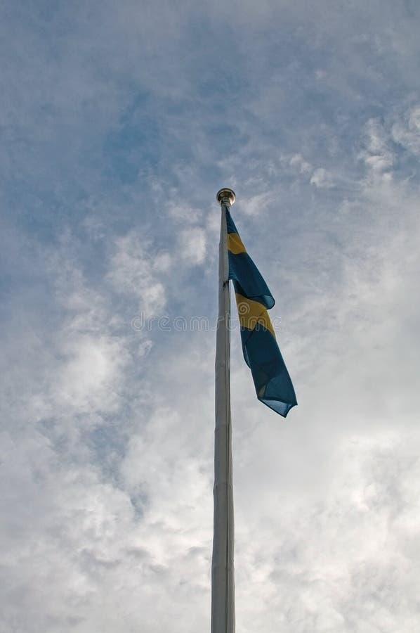 Asta de bandera con la bandera sueca foto de archivo