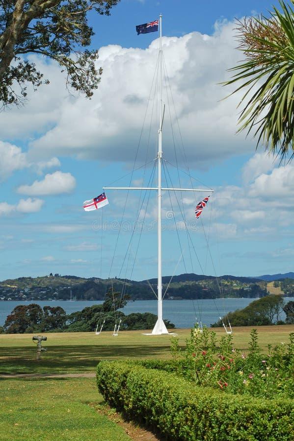 Asta de bandera en la casa del tratado de Waitangi fotografía de archivo