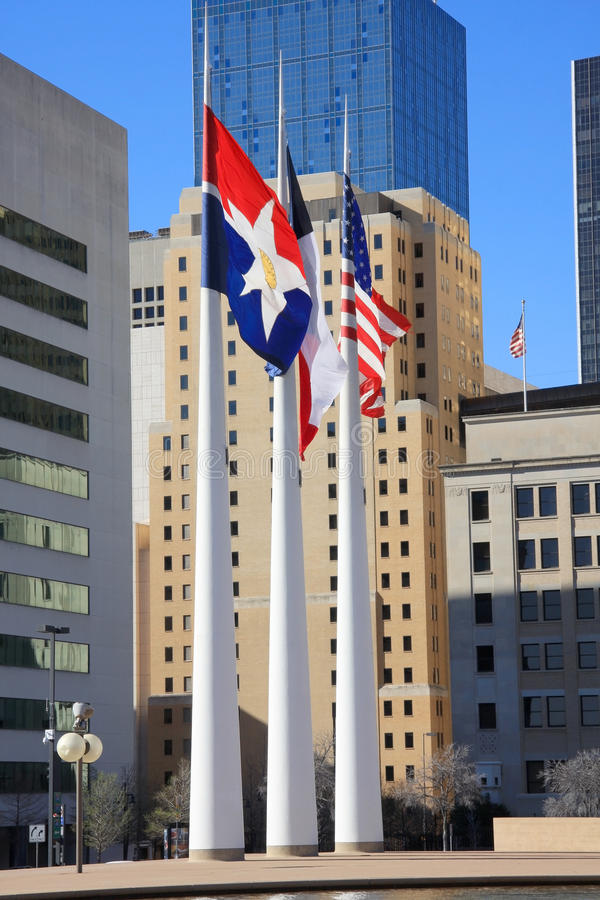 Asta de bandera, indicadores, construyendo en ayuntamiento de Dallas fotos de archivo
