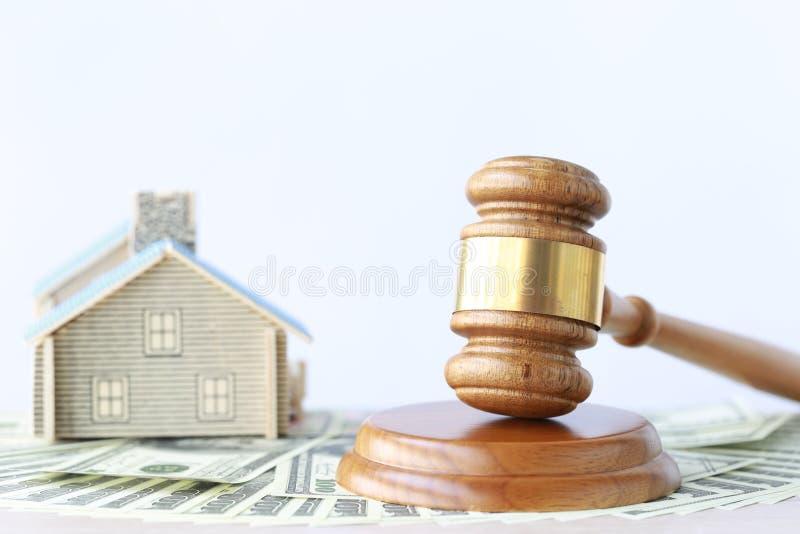 Asta della propriet?, casa di legno e di modello di Gavel su fondo bianco, sull'avvocato del bene immobile domestico e sul concet fotografie stock libere da diritti
