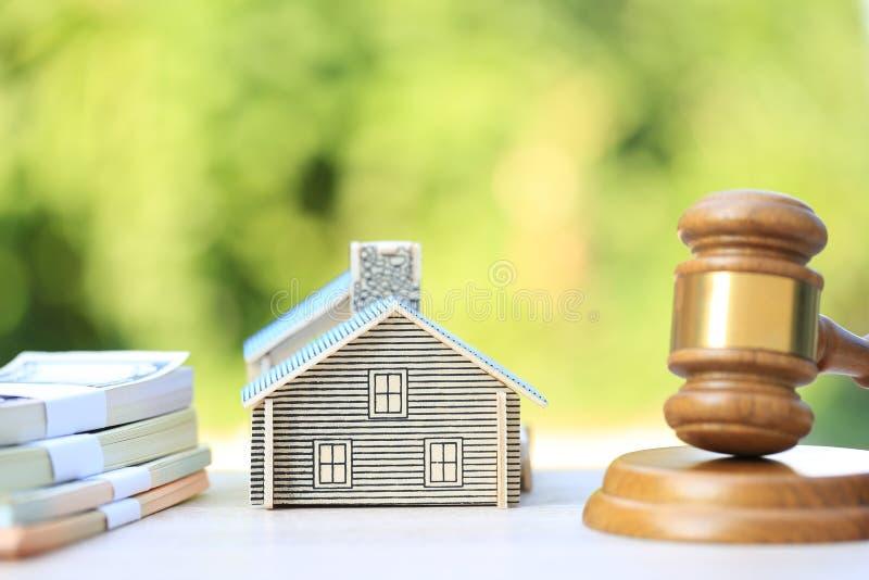 Asta della propriet?, casa di legno e di modello di Gavel su fondo verde naturale, sull'avvocato del bene immobile domestico e su fotografie stock