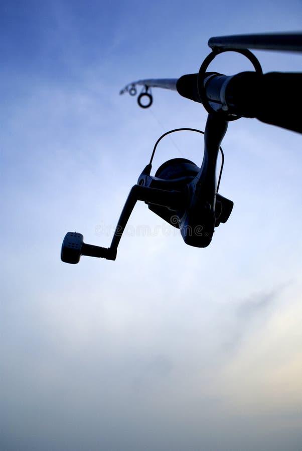 Asta e cielo di pesca fotografia stock libera da diritti