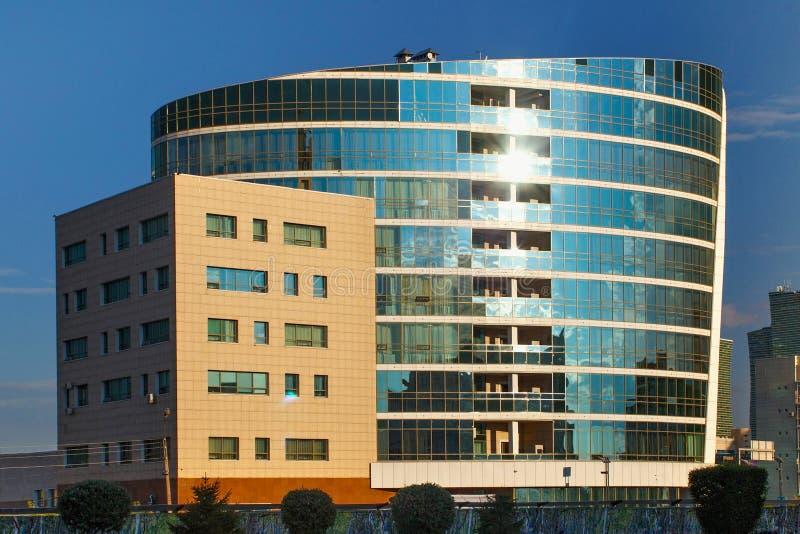 ASTANÁ, KAZAJISTÁN - 25 DE JULIO DE 2017: Vista de los edificios de varios pisos modernos el centro de la ciudad de Astaná fotografía de archivo libre de regalías