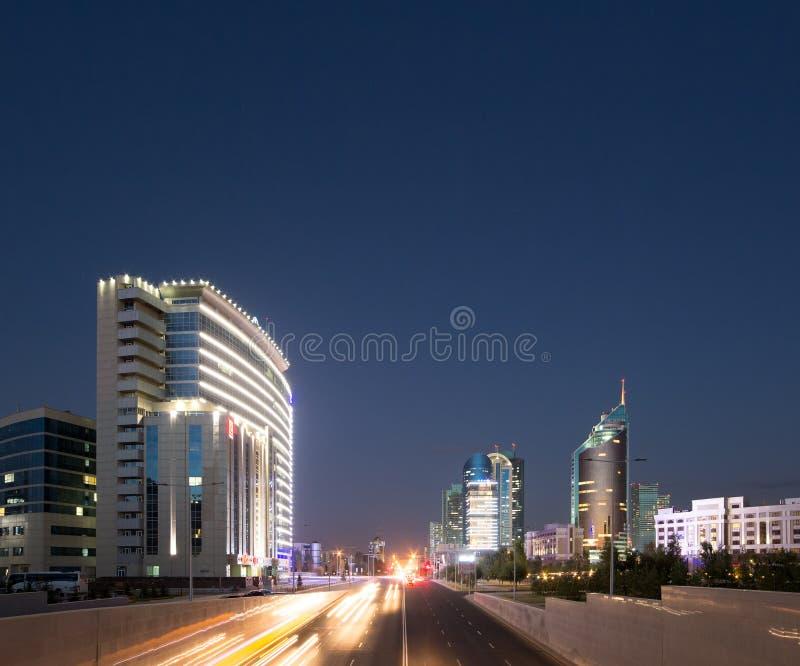 Astaná, Kazajistán - 5 de septiembre de 2016: Tráfico de ciudad de la noche Kunae fotografía de archivo libre de regalías