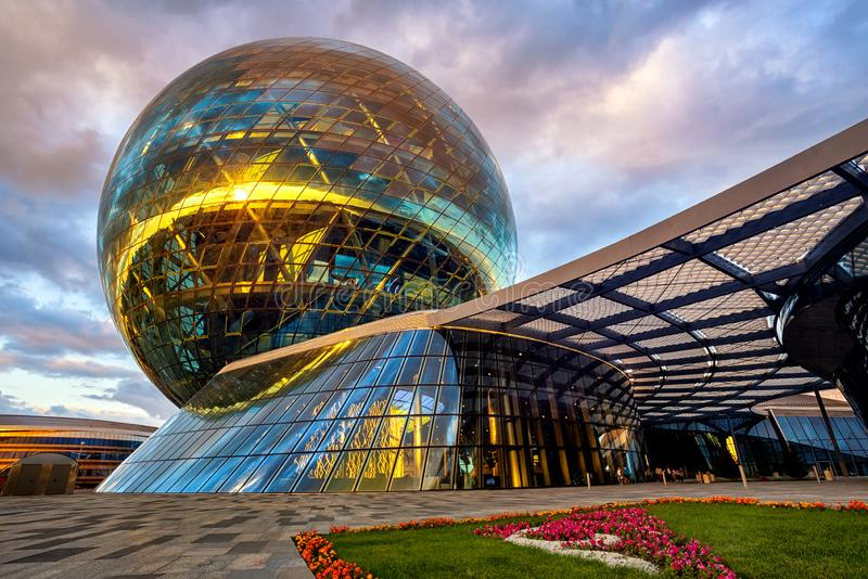 Astaná, Kazajistán, la esfera de cristal modernista del pabellón de Nur Alem fotografía de archivo libre de regalías
