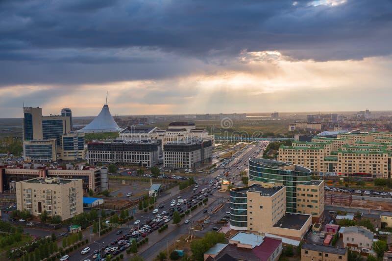 ASTANA, ΚΑΖΑΚΣΤΆΝ - 25 Αυγούστου 2015: Άποψη βραδιού από την κορυφή στο εμπορικό κέντρο Khan Shatyr, ξενοδοχείο Jumbaktas και στοκ εικόνα
