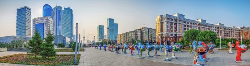 ASTANA, CAZAQUISTÃO - 7 DE JULHO DE 2016: Panorama da cidade do centro com figuras plásticas imagens de stock