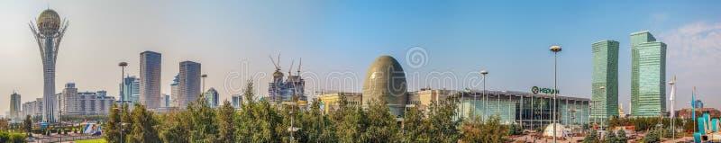 ASTANA, CAZAQUISTÃO - 7 DE JULHO DE 2016: Panorama da manhã do centro de Cazaquistão principal fotos de stock