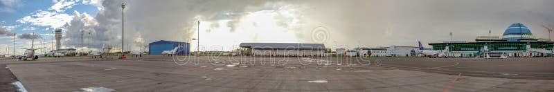 ASTANA, CAZAQUISTÃO - 17 DE JULHO DE 2016: Panorama do aeroporto em um dia nebuloso imagens de stock