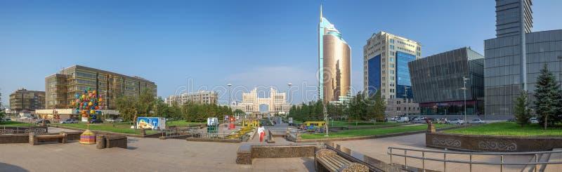 ASTANA, CAZAQUISTÃO - 7 DE JULHO DE 2016: Panorama do centro administrativo foto de stock royalty free